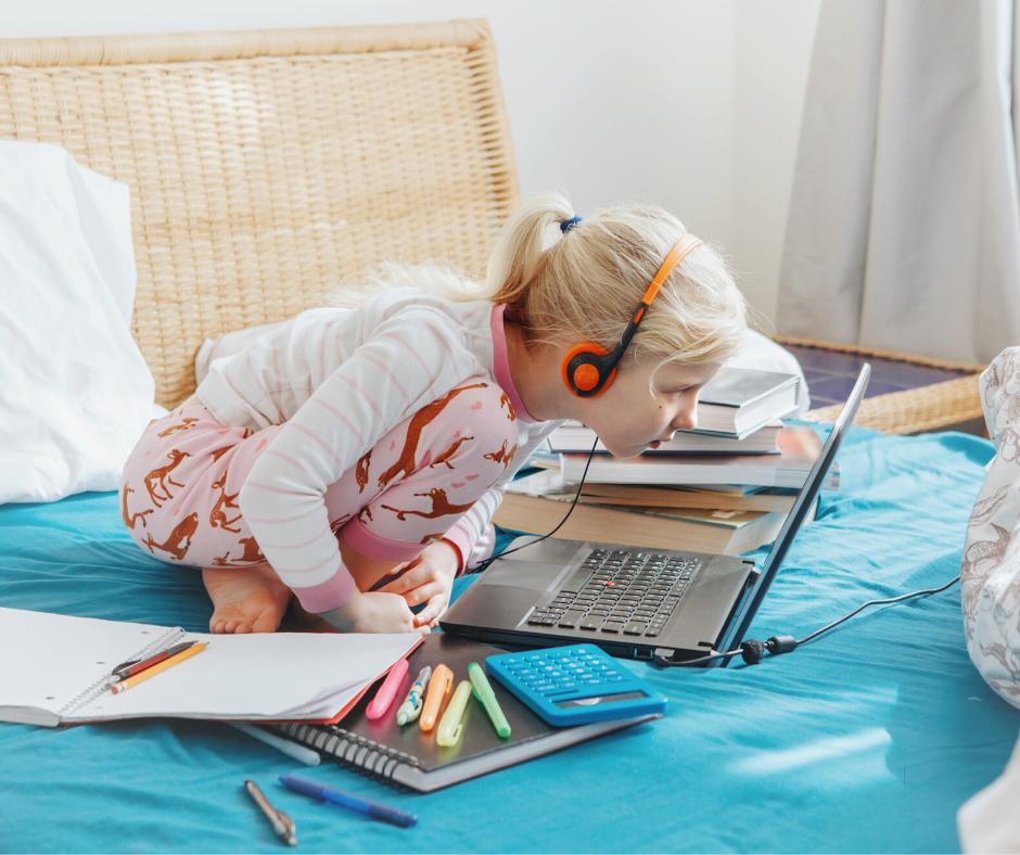 Confinement école à la maison enfant et écrans