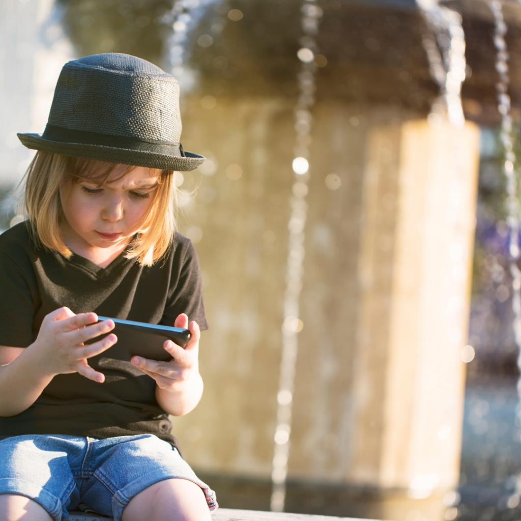Enfant qui joue avec son portable